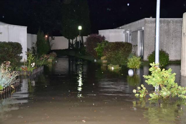 rue mauve inondée